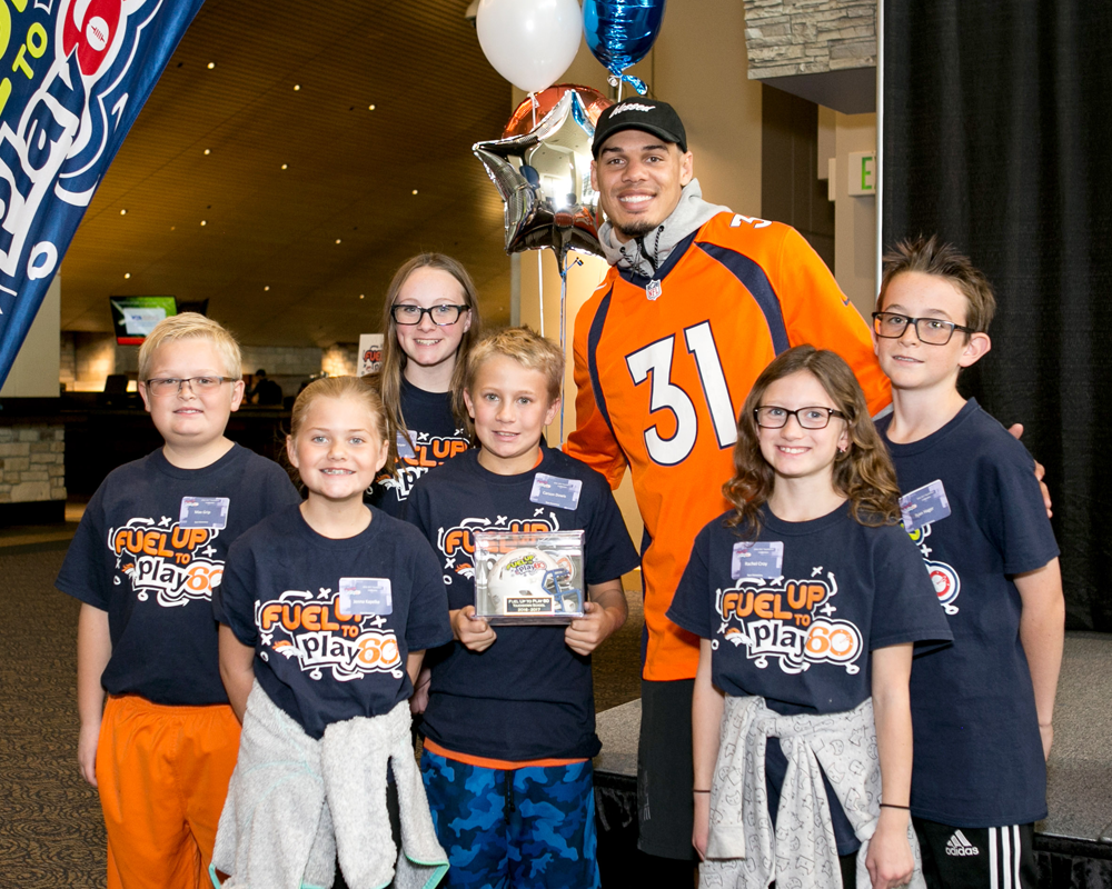 Justin Simmons with a group of Fuel Up to Play 60 students